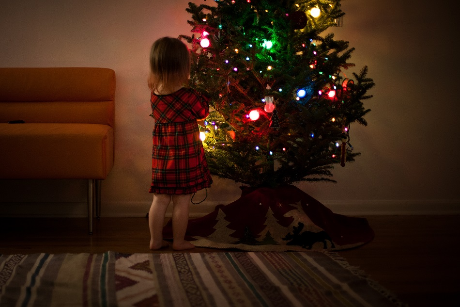 クリスマスツリーと女の子