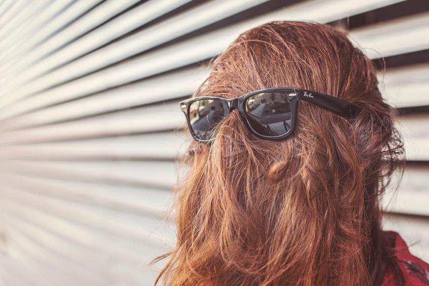 髪の毛とサングラス