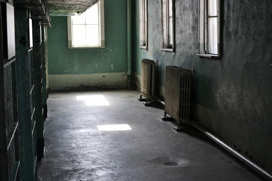 廃墟のような廊下